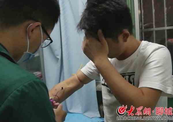 抽血自拍图片_医护人员正在对其进行抽血化验