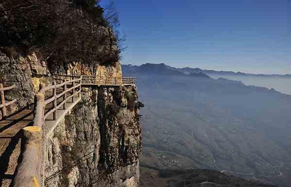 湖南怀化一游客在恩施大峡谷被落石砸中身亡 景区栈道已关闭