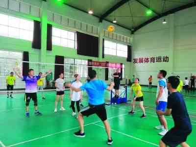 桂林新老团干举行气排球联谊赛