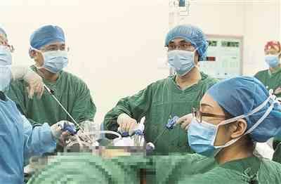 美籍华人特地来柳做手术 市妇幼保健院院长曾定元4小时顺利完成高难度手术