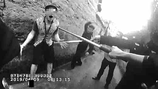 男子挥舞匕首拒捕 民警开枪将其制服 随后在其房内搜查出疑似冰毒成品、制毒原料及工具一批百度tv