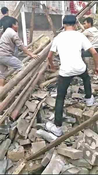 玉林兴业一栋老房子轰然倒塌,五旬男子被埋废墟中 三学生与众村民合力救出被困者郑伊健资料