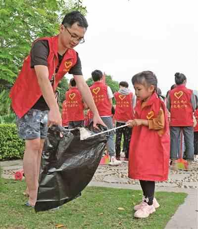 创文明城市 百色志愿者在行动 □本报记者 周福宁摄影报道天涯一路同行