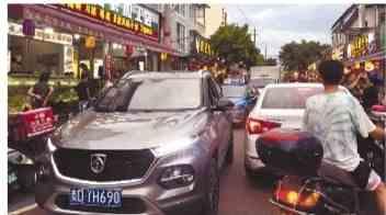 """游客纷纷""""赶海"""",昨日一些路段出现排长龙情况 沿海高速今日或现车流高峰"""