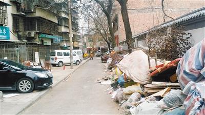 这条小巷易燃垃圾成堆 居民担忧火灾隐患