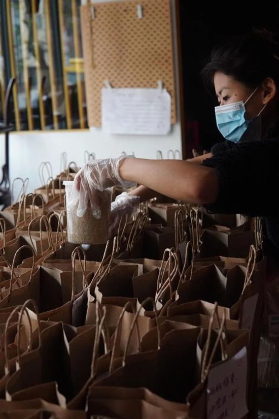 澎湃新闻|《绯闻女孩》华裔女星送盒饭 背后的故事很温暖