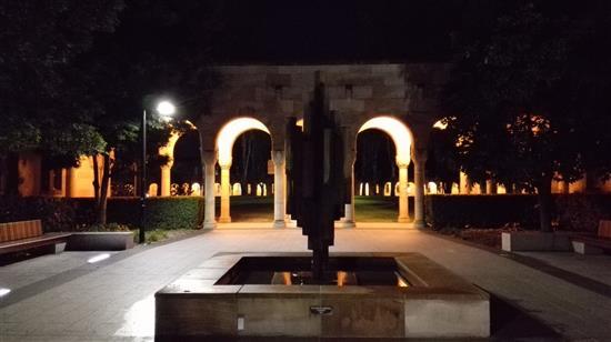 昆士兰大学主楼前的夜晚。