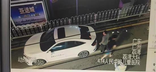求救车辆到达广州儿童医院。广东省中山市公安局交警支队提供